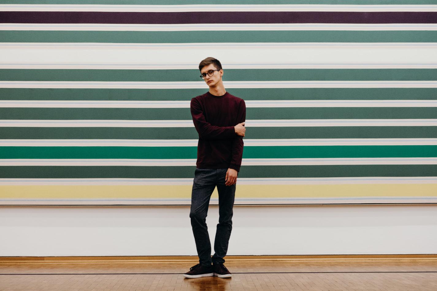 sistart köln mann porträt portrait museum streifen posing